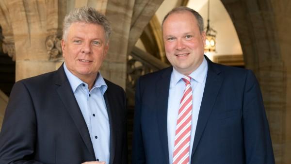Münchens Oberbürgermeister Dieter Reiter und Landrat Christoph Göbel im Büro des OB im Rathaus München