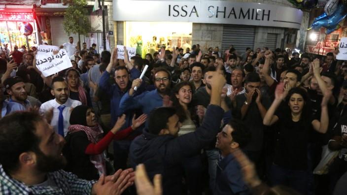 Israel: Die Menschen im Westjordanland protestieren gegen die wirtschaftlichen Sanktionen von Präsident Abbas, die der Bevölkerung in Gaza schaden.