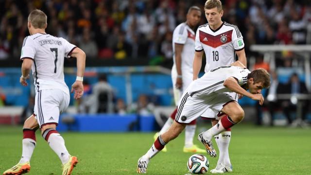 FUSSBALL WM 2014 ACHTELFINALE Deutschland Algerien 30 06 2014 Thomas Mueller vorn wendet beim Fr