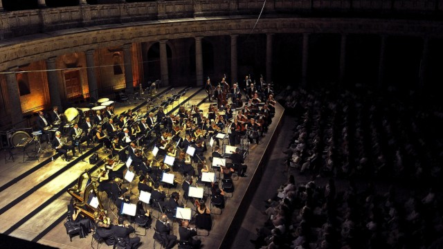 DUTOIT CONDUCTS THE ROYAL PHILHARMONIC ORCHESTRA AT GRANADA_S FE
