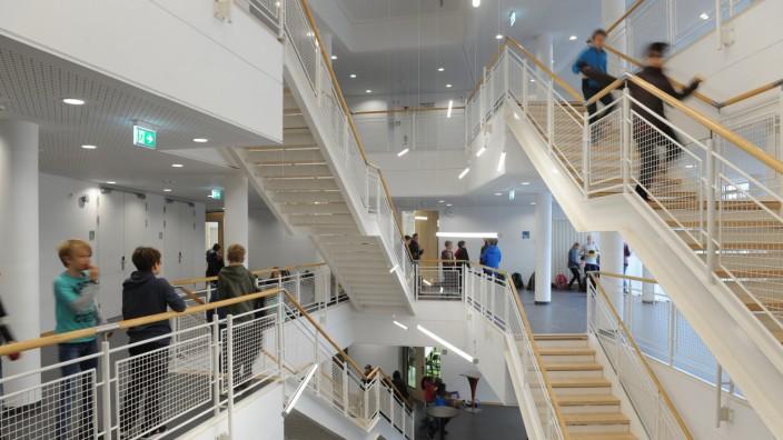 Gymnasium: Das Ismaninger Gymnasium in dem ehemaligen Tagungshotel ist seit diesem Schuljahr in Betrieb, aber noch lange nicht fertig.