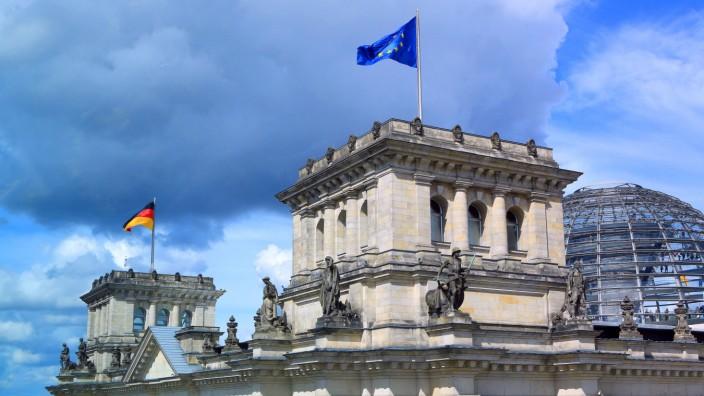 Die Deutschlandfahne weht auf dem Reichstag in Berlin Deutschlandfahne auf dem Reichstag