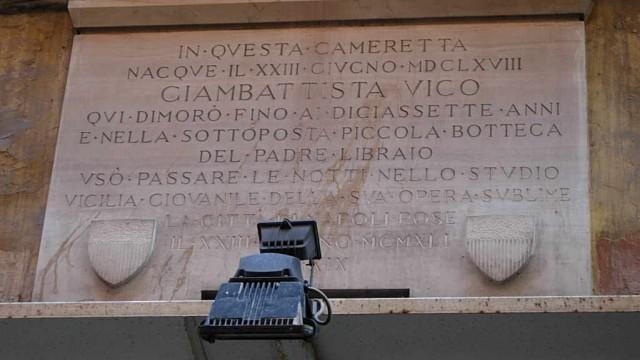 Giambattista Vico, Gedenktafel auf Haus in Neapel