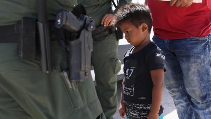 Border Patrol Agents Detain Migrants Near US-Mexico Border