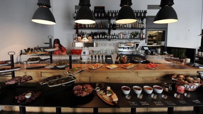Spezlwirtschaft in Haidhausen: Am reichhaltigen Buffet kann man sich den Teller so oft und so voll laden, wie man will.