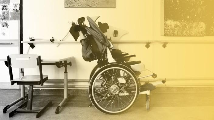 Inklusion: Rollstuhl auf einem Schulgang