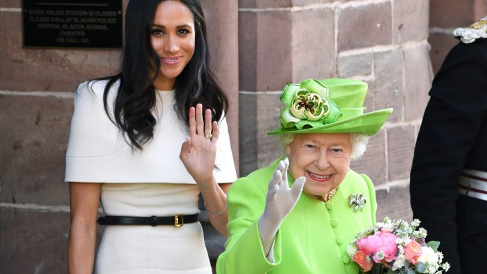 Entertainment Bilder des Tages Royal visit to Cheshire The Duchess of Sussex and Queen Elizabeth II