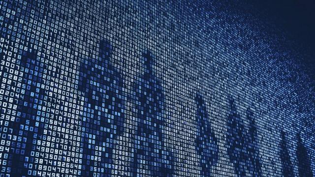 Schatten von Menschen auf Zahlen auf riesiger digitaler Displaywand PUBLICATIONxINxGERxSUIxAUTxONLY