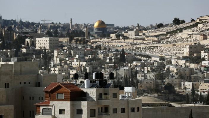 Israel: Eine hohe Mauer trennt die Altstadt von Jerusalem (im Hintergrund mit Felsendom) von Abu Dis. Dort steht auch das Parlamentsgebäude der Palästinenser.