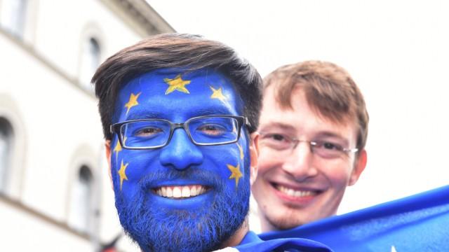 Kundgebung: Blau mit Sternchen: Auffallen ist alles.