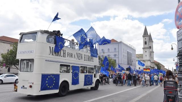 Kundgebung: Begleitet wurden die Demonstranten von einem weißen Doppeldecker-Bus mit Lautsprechern, der für die richtige Klangkulisse sorgte.