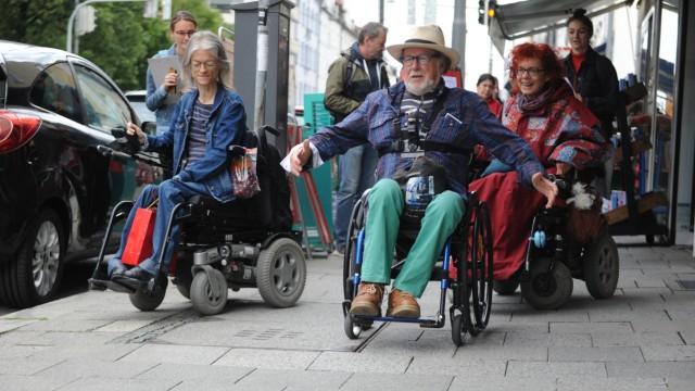 Giesing: Hürden, Hindernisse und Gefahren: Bei einer Begehung der Tegernseer Landstrasse zur Barrierefreiheit kommen die Rollstuhlfahrer in viele Läden erst gar nicht hinein.