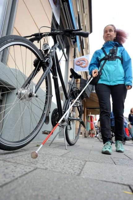 Giesing: Blinde Fußgänger wie Gabriele Roßmaier werden schon durch abgestellte Fahrräder irritiert, schlimm wird es, wenn Ampeln nicht akustisch warnen.