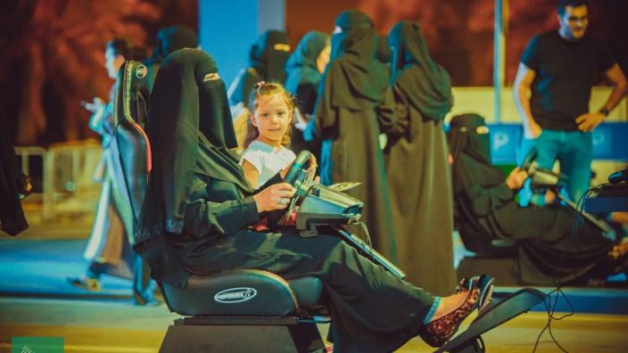 Saudi-Arabien: Kurz bevor das Verbot aufgehoben wurde, konnten Frauen - wie hier in der Hauptstadt Riad - im Fahrsimulator üben.