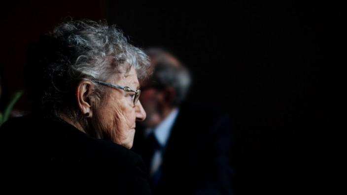 Öffentlich-rechtlicher Rundfunk: Die gesellschaftliche Ausgrenzung verfolgt Rentner meist bis ins Wohnzimmer. Mit dem Alter fällt das Verfolgen von Bild und Ton schwerer.