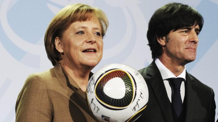 Angela Merkel beim Fußball