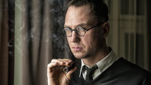 Mackie Messer - Brechts Dreigroschenfilm; Lars Eidinger als Bertolt Brecht