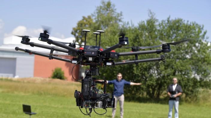Studium bei der Bundeswehr: Eine Drohne, die durch Gesten gesteuert wird, war eine der Attraktionen beim Tag der offenen Tür.
