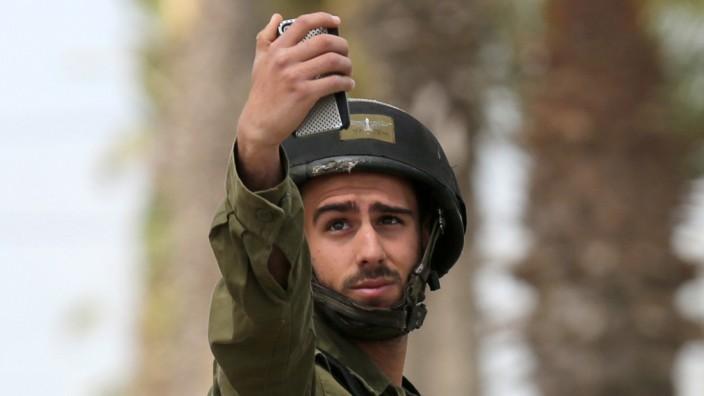 Israel: Spion in der Tasche: Mindestens 100 israelische Soldaten wurden geködert, Apps auf ihre Telefone zu laden, mit denen sich Informationen abgreifen und Gespräche abhören lassen.