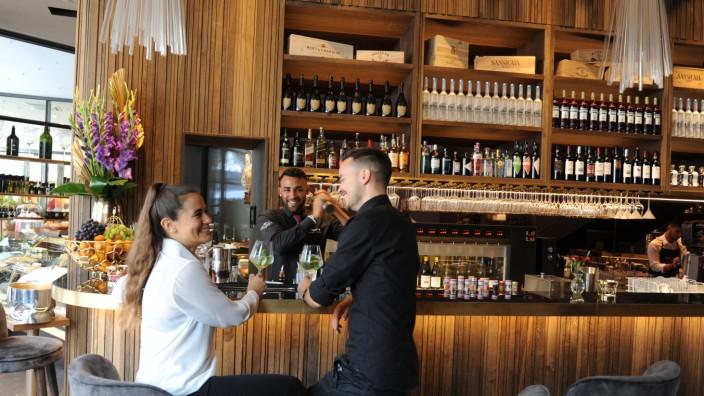H'ugo's Wein-Champagner-Bar: Die Inneneinrichtung hat der Wirt gleich selbst entworfen: H'ugo's Weinbar ist eine Erweiterung der Schicki-Pizzeria am Promenadeplatz.