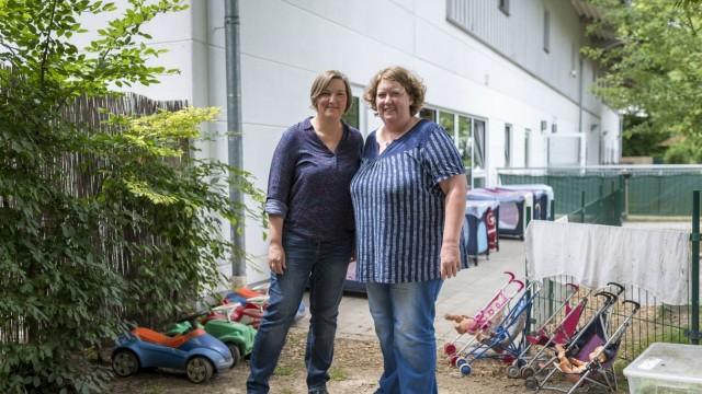 Verkehrte Welt in Unterhaching: Geschäftsführerin Brigitte Haas und Krippenleiterin Petra Band (von links) können sich das relativ geringe Interesse der Eltern nicht erklären.