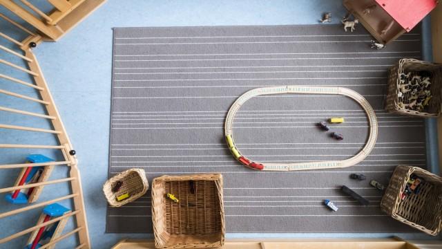 Verkehrte Welt in Unterhaching: In der Integra-Krippe können sich die Kinder selbst aussuchen, ob sie mit der Eisenbahn spielen oder etwa im Garten toben wollen.