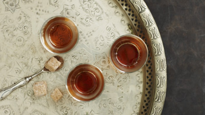Glasses of Earl Grey tea on plate close up PUBLICATIONxINxGERxSUIxAUTxHUNxONLY KSWF001158