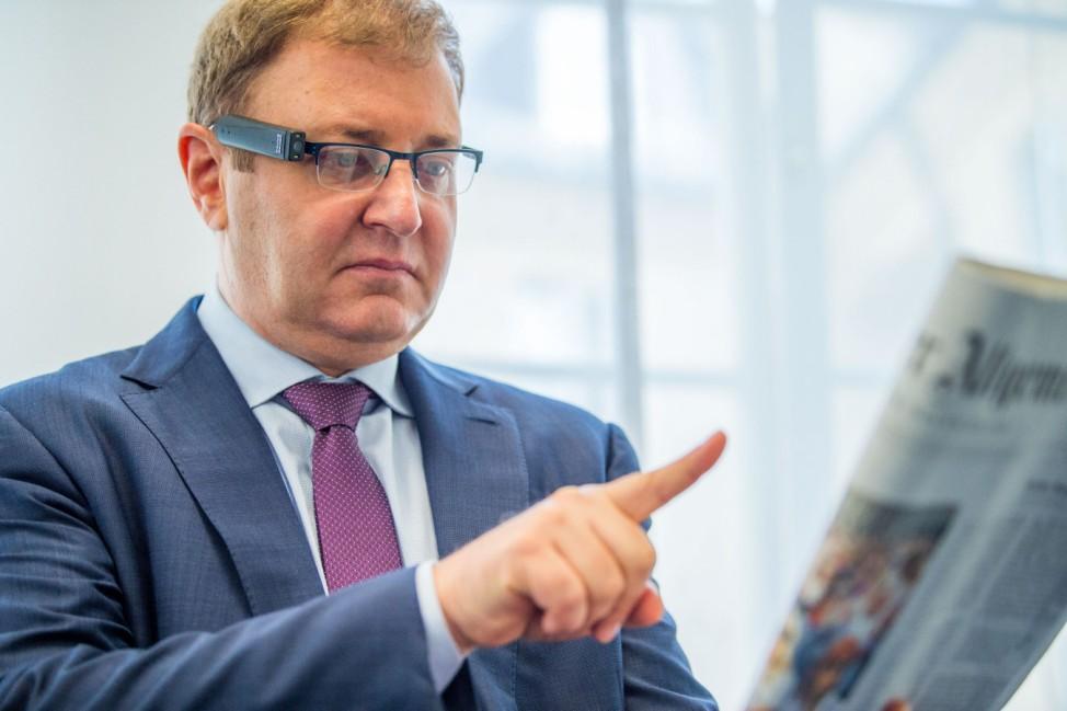Brillenaufsatz für sehbehinderte Personen