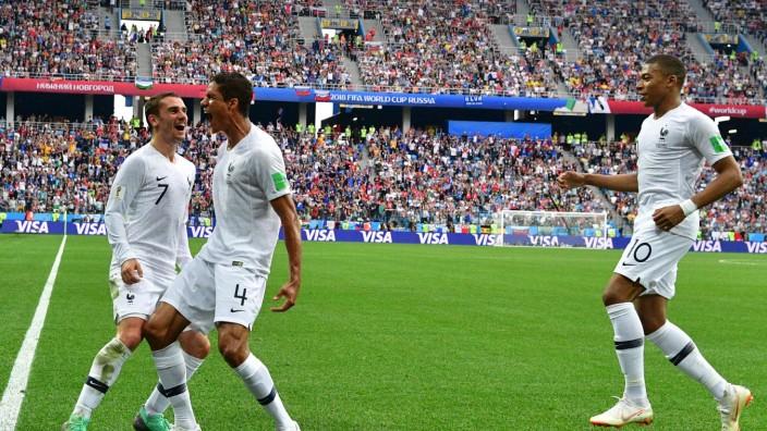Fußball-WM: Raphael Varane (Mitte) schoss Frankreich in Führung.