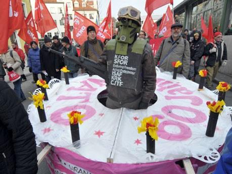 Anti-Nato-Demonstranten mit einer Geburtstagstorte, Heddergott