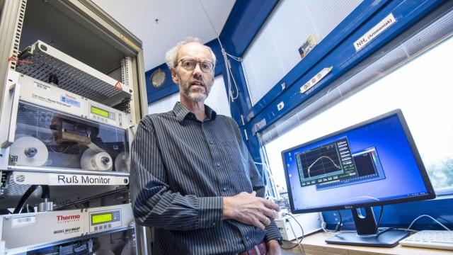 Hohenpeißenberg: Der 57-jährige Physiker Christian Plaß-Dülmer ist seit 2014 Leiter des Observatoriums.