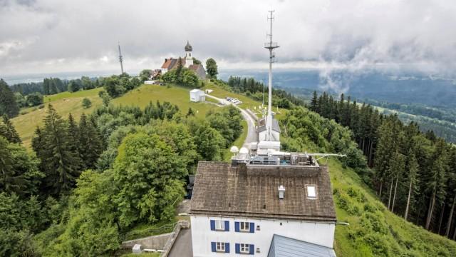 Hohenpeißenberg: Wallfahrtskirche und Wetterstation: Auf dem Bergrücken finden traditionelle Frömmigkeit und Klimaforschung mit modernster Technologie ihren Platz.
