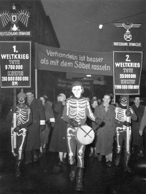 Demonstration gegen Wiederbewaffnung in München 1955, dpa
