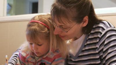 Schulverweigerer: Hannelore Romeike mit ihrer Tochter: Beim Umzug im August vergangenen Jahres half die Home School Legal Defense Association.