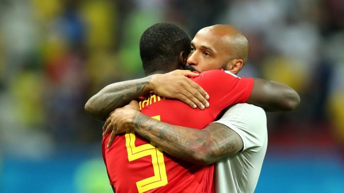 Belgiens Co-Trainer Thierry Henry mit Romelu Lukaku nach dem WM-Spiel gegen Brasilien