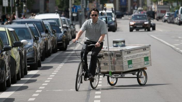 LMU-Professor Mark Wenig misst in München die Schadstoffbelastung für Radfahrer.