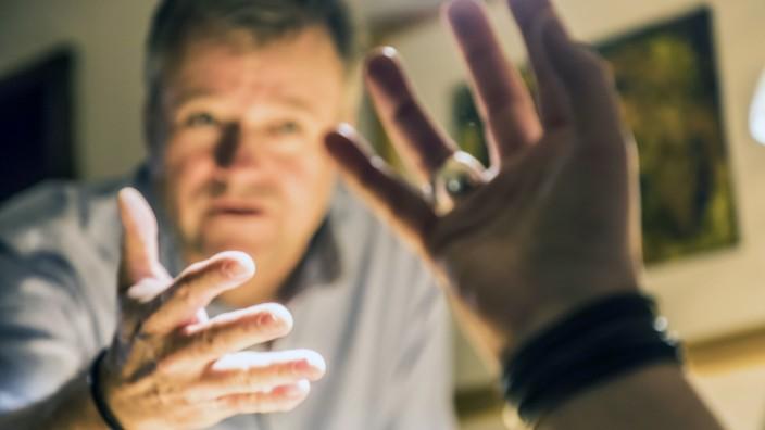 Symbolfoto Streit Mann und Frau streiten diskutieren kontrovers Beziehungsstress *** Symbol phot