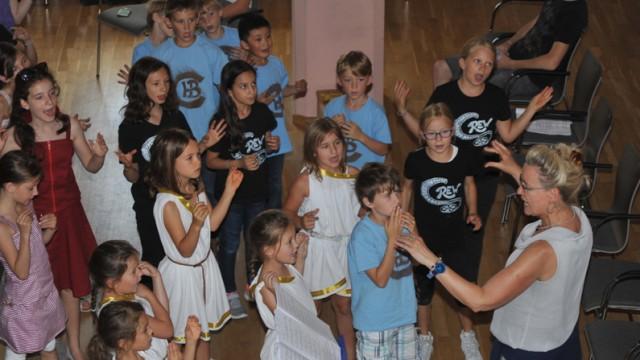"""""""Zeus Superstar"""": Lehrerin Ellen Hennen singt und tanzt durchaus auch mal alles mit."""