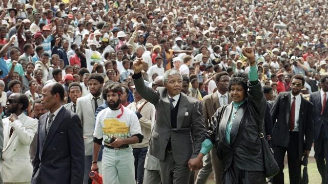 Nelson Mandela: Heimkehr: Nelson Mandela nach seiner Haftentlassung 1990 im Stadion von Soweto mit Winnie Mandela.