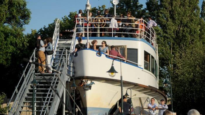 Tipps fürs Wochenende: Die Crew der Alten Utting lädt am Sonntag zum Sommerfest ein. Das ehemalige Passagierschiff liegt auf einer stillgelegten Eisenbahnbrücke.