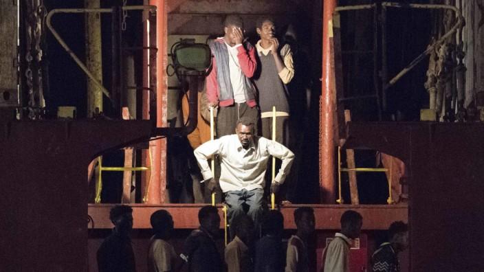 """Flucht über das Mittelmeer: 100 Migranten durften Ende Juni in Pozzallo die """"Alexander Maersk"""" verlassen, inzwischen verweigert Italien Schiffen mit Flüchtlingen die Einfahrt."""