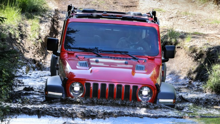 Der neue Jeep Wrangler Rubicon short wheelbase bei einer Wasserdurchfahrt im Gelände.