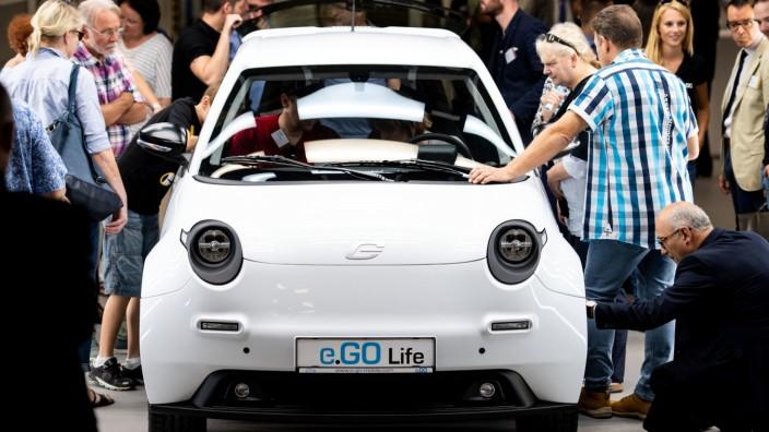 Viele Besucher scharen sich um das Elektroauto e.GO Life bei der Eröffnung des Werks in Aachen.