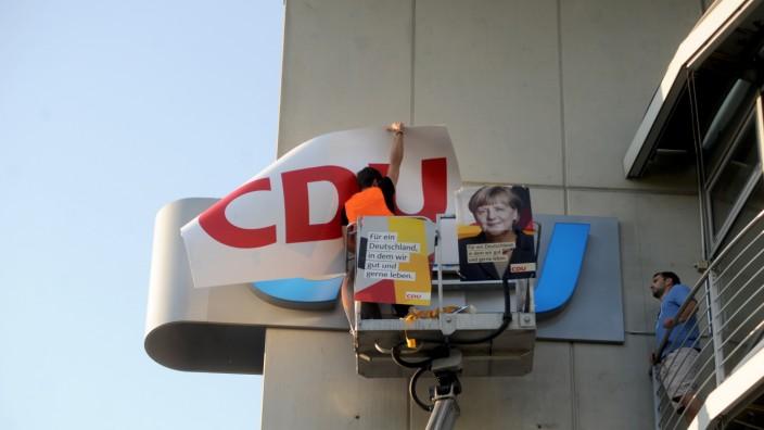 Demonstration: Die CDU übernimmt die CSU in Bayern? Nein, mehr als eine Protestaktion ist das Anbringen des roten Schriftzugs an der Parteizentrale nicht.