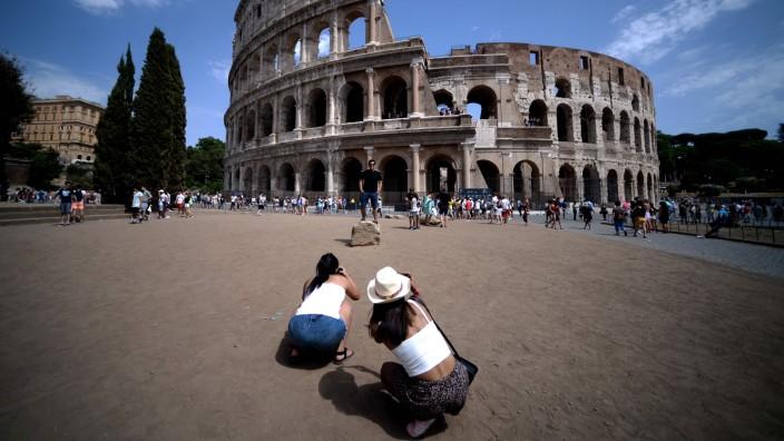 """Sprache: Touristinnen vor dem Kolosseum in Rom. Auch wenn sie kein Italienisch sprechen, das Wort """"Ciao"""" kennen fast alle."""