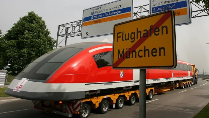 Transrapidmodell wird vom Münchner Flughafen abtransportiert