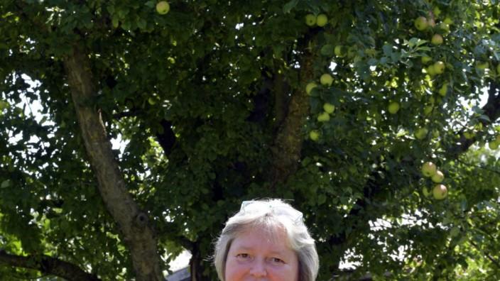 Literatur: Verlegerin Karin Biela arbeitet gerne unter in ihrem Garten unterm Apfelbaum.