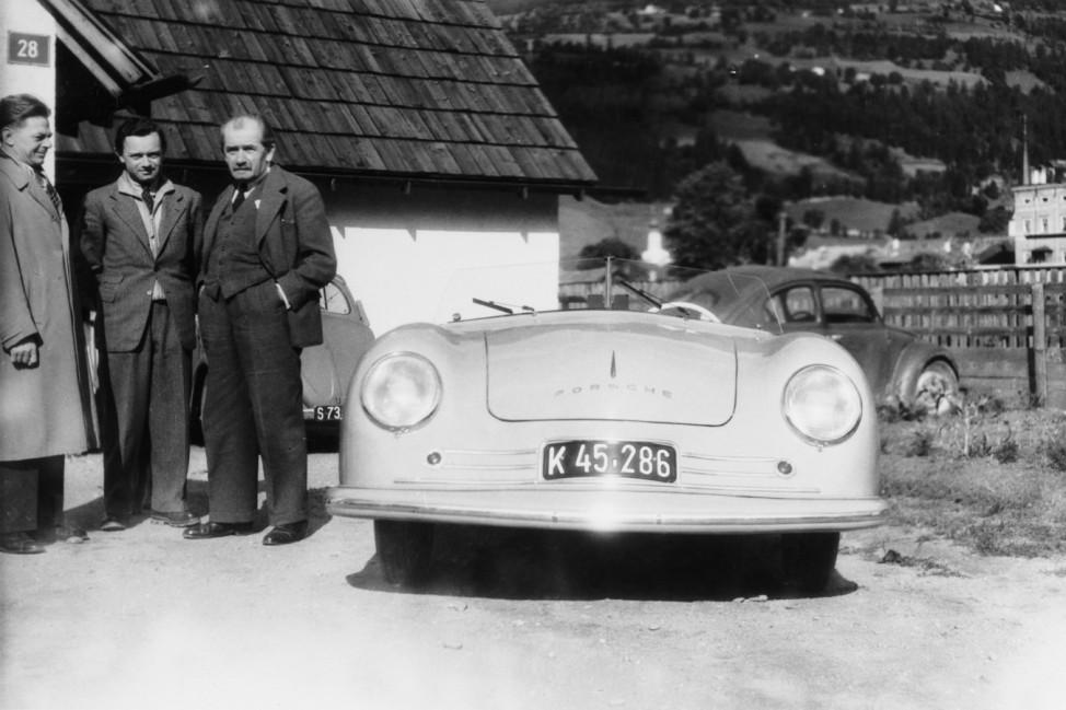 Erwin Komenda (links), Ferry Porsche (Mitte), Ferdinand Porsche (rechts) mit dem 356 No. 1
