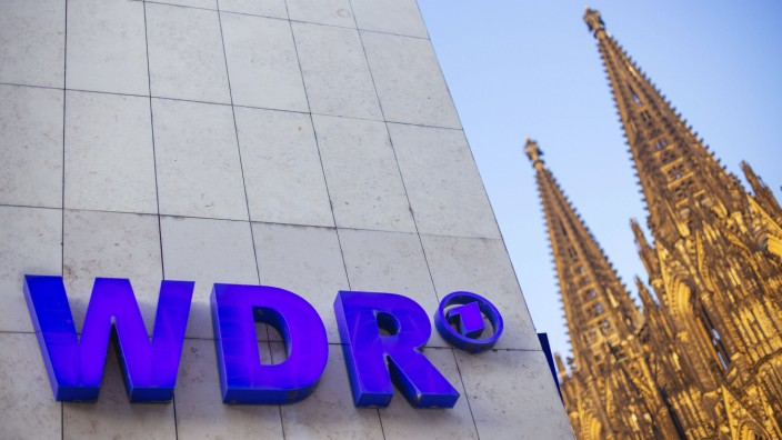 WDR Logo am WDR Funkhaus am Wallrafplatz mit Blick auf den Dom Köln 19 01 2016 Foto xC xHardtx xF