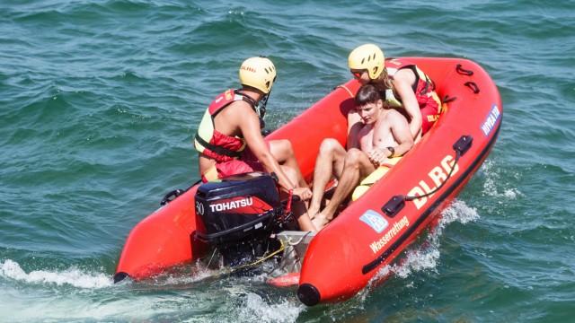 DLRG-Helfer bei einer Rettungsübung